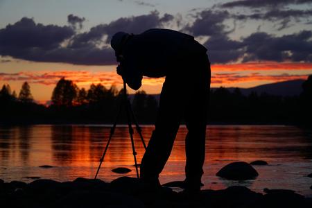 Silhouette des Fotografen Framing ein Schuss, fotografiert auf dem Fluss bei Sonnenuntergang Lizenzfreie Bilder