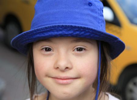 Cute lächelnd unten Syndrom Mädchen auf dem Hintergrund des Taxis