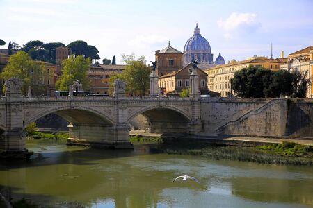 Blick auf den Tiber und Petersdom in Rom, Italien Standard-Bild