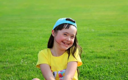 Junges Mädchen auf dem Hintergrund von grünem Gras