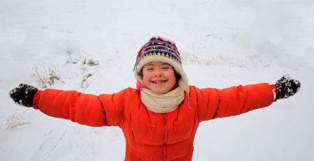 Portrait de la belle petite fille en hiver