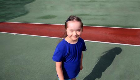 Kleines Mädchen haben Spaß auf dem Stadion