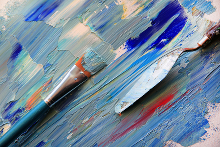 Closeup background of palette with brush and palette knife Standard-Bild