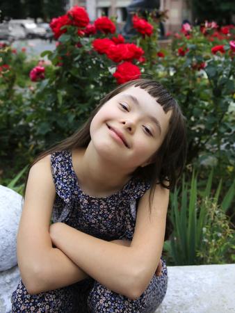 Kleines Mädchen haben Spaß im Park