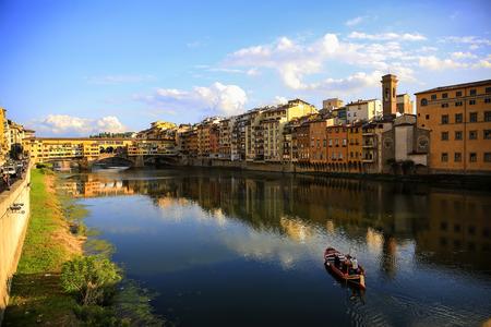 Ansicht der mittelalterlichen Steinbrücke Ponte Vecchio und des Arno Rivers in Florenz, Toskana, Italien Standard-Bild