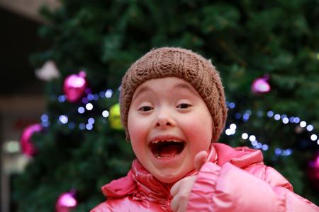 Junges Mädchen auf den Hintergrund der Weihnachtsbaum