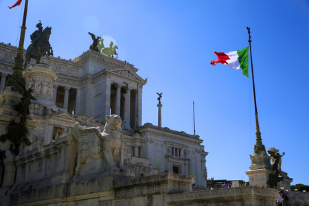 View of Italian national flag in front of Altare della Patria (Altar of the Fatherland) , the equestrian sculpture of Victor Emmanuel Standard-Bild