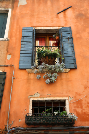 Windows in Venice, Italy Standard-Bild