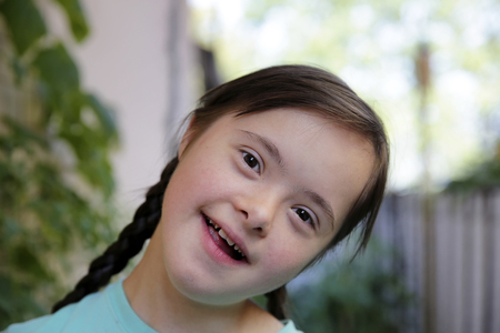 Retrato de niña sonriendo en el jardín