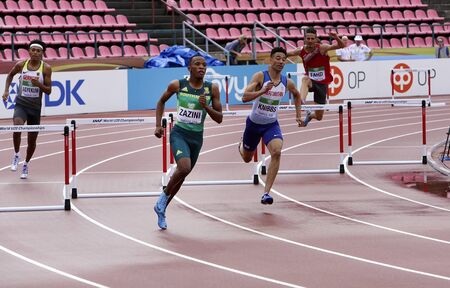 TAMPERE, FINLAND, July 12: SOKWAKHANA ZAZINI from SOUTH AFRICA win gold on 400 metres hurdles in the IAAF World U20 Championship in Tampere, Finland 13 July, 2018. Foto de archivo - 126230141