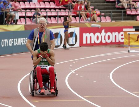 TAMPERE, FINLAND,  July 12: Sergio Armando ESQUIVEL from Mexico was injured on the 400 meters distance in the IAAF World U20 Championships in Tampere, Finland on July 12, 2018. Foto de archivo - 126230197