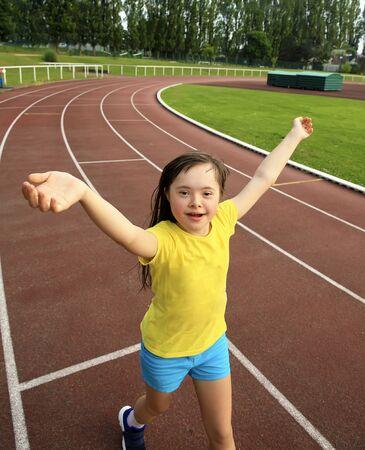 Petite fille s'amuse sur le stade