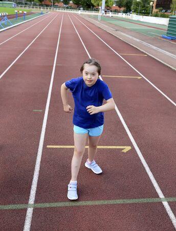 Kleines Mädchen viel Spaß im Stadion Standard-Bild