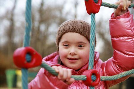Retrato de niña hermosa en el patio de recreo Foto de archivo