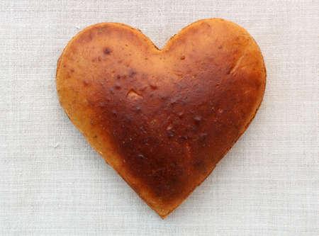 Foto van zelfgebakken brood in de vorm van hart