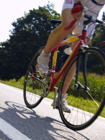 andando en bicicleta: ciclista en carretera rural Foto de archivo