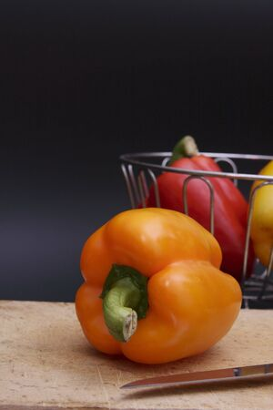 まな板: bell pepper on chopping board 写真素材
