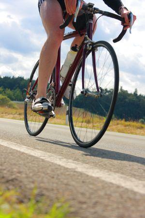 course cycliste: Triathlete sur le v�lo avec mouvement l�ger flou  Banque d'images