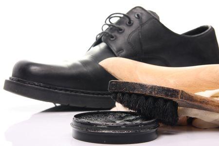 Schuh Pflege Ausrüstung und formale schwarzen Schuh auf weißen Hintergrund Standard-Bild