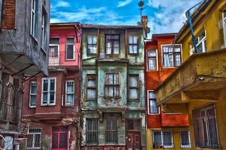 стиль жизни: здания внешний сцену в бедном городке Фото со стока