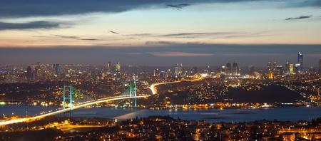 Puente del Bósforo en la noche Foto de archivo