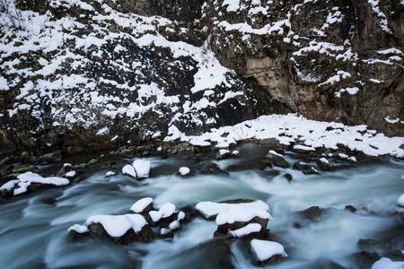 flowing river: fluye el r�o en invierno