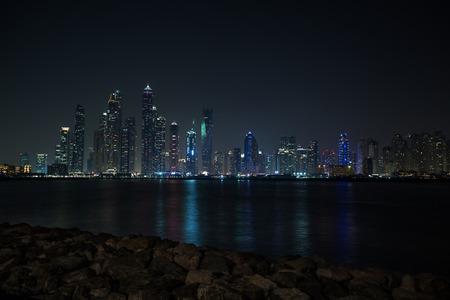 Opinión de la ciudad de Dubai, rascacielos, diferentes fotos de Dubai al atardecer, horas azules y noche