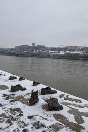 Zapatos en el Danubio Bank Memorial en Budapest Hungría en época de invierno
