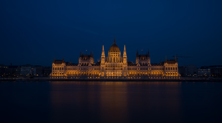 A view of Hungarian Parliament building and Danube river at night. 免版税图像