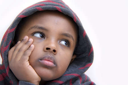 persona triste: Retrato de un joven ni�o descansa c�modamente en sus manos