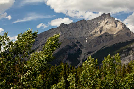 One of the mountains of the Canadian segment of the North American Rocky Mountains range Imagens