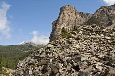 北米ロッキー山脈のカナダのセグメントの山の一つ