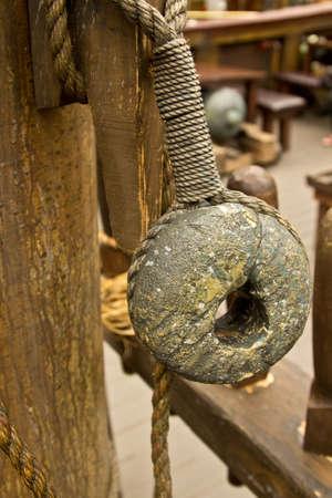 pulleys: Una vieja cuerda y poleas de madera, bloques de un antiguo barco pirata