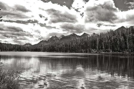 北アメリカ ロッキー山脈範囲のカナダのセグメントの山の一つ 写真素材