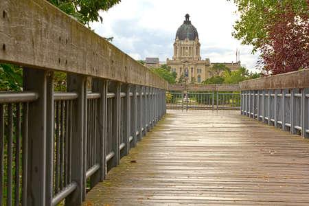 Bridge leading to the Saskatchewan Legislative Building in Regina Imagens