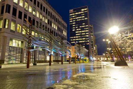 nuit hiver: Centre-ville de Regina Belle �clair�e avec des lumi�res color�es sur une nuit d'hiver claire