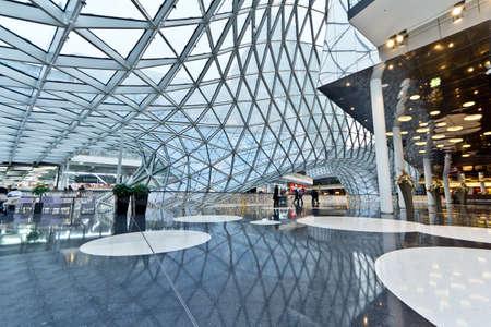 plaza comercial: El interior del centro comercial MyZeil en Frankfurt Alemania Editorial