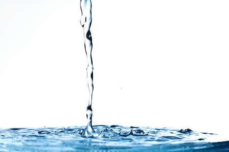 flujo: El movimiento de fluidos de salpicaduras de agua que se vierte