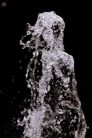 그녀의 머리를 가진 여자의 형상으로 물이 튀는에서 만든 추상 모양 스톡 콘텐츠