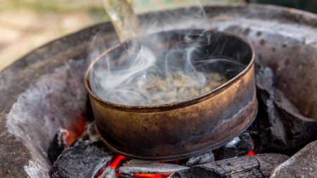 Koffie wordt geroosterd op een pan op houtskool in de Ethiopische traditionele manier