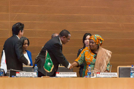 abe: H.E. Mr. Hailemariam Dessalegn, Prime Minister of the Federal Republic of Ethiopia shakes hands with H.E. Dr. Nkosazana Dlamini-Zuma, Chairperson of the African Union Commission on January 14, 2014, at the African Union Headquarters in Addis Ababa, Ethiop