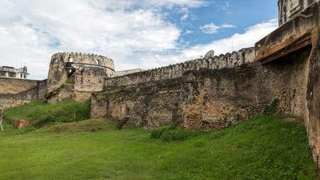 섬의 유명한 관광 명소 중 하나 인 잔지바르 (Zanzibar)의 오래된 성 내부 모습