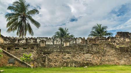 섬의 유명한 관광 명소 중 하나 인 잔지바르 (Zanzibar)의 오래된 성 내부 모습 에디토리얼