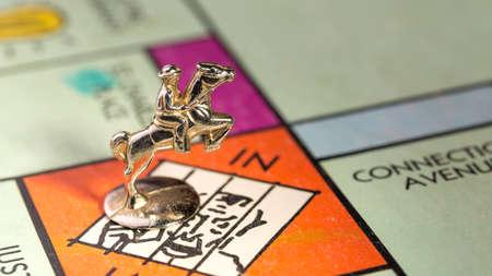 monopolio: El caballo y jinete monopolio pieza de aterrizar en el espacio de la c�rcel de un tablero de Monopoly Editorial