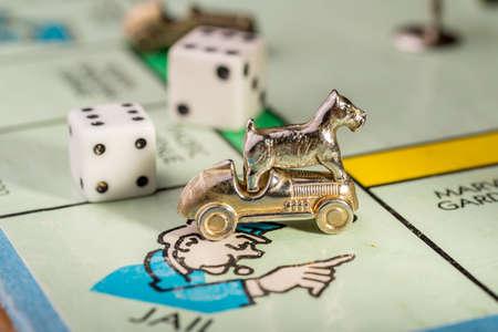 monopolio: El perro y el monopolio de carreras piezas del escoc�s aterrizan sobre la marcha de espacio en las c�rceles de un tablero de Monopoly