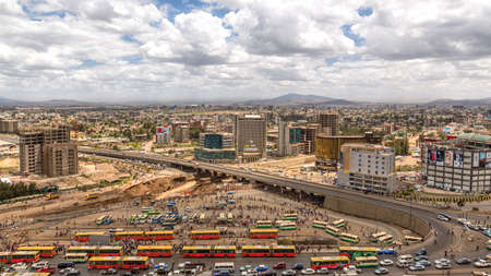 Blauwe hemel met gemengde wolken boven de stad Addis Abeba