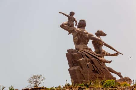 アフリカ ルネッサンス記念碑、49 メートル背の高い青銅色の彫像、人間の女性と子供、ダカール、セネガル 報道画像