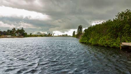 ケープコーラル、フロリダ州の重い嵐の前に水の上に置く暗い雲