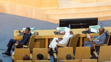 delegar: Addis Abeba - 28 de julio: delegado Alto nivel de Camer�n, Chad y Comoras esperan la llegada del presidente Obama el 28 de julio de 2015, en el Centro de Conferencias de la UA en Addis Abeba, Etiop�a.