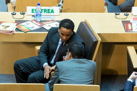 delegar: Addis Abeba - 28 julio: delegado Alto nivel de Eritrea espera la llegada del presidente Obama el 28 de julio de 2015, en el Centro de Conferencias de la UA en Addis Abeba, Etiop�a.